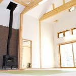 大空間のリビング。5寸の柱と太い梁。そして薪ストーブが印象的。(建匠おだぎり:弘前市の新築)