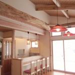 存在感のある古材の梁、青森スギを贅沢に使った店鋪空間